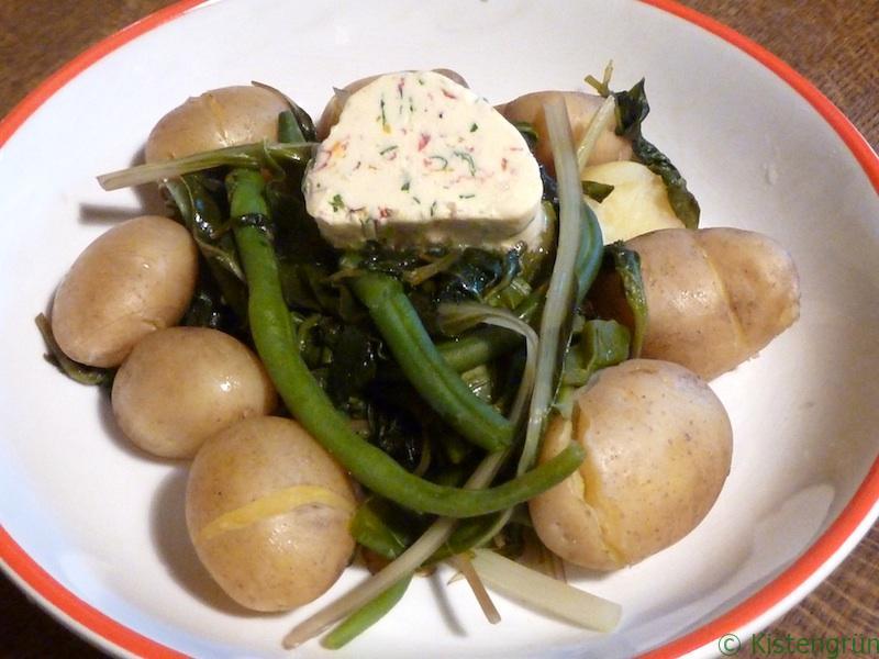 Grünes Gemüse wie Bohnen, Mangold, abessinischen Kohl und Embiribiri mit frischen Kartoffeln und selbst gemachter Kräuterbutter.