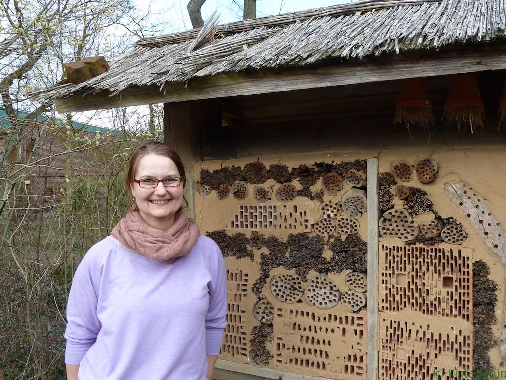 Umwelt-Biologin Sabrina Weritz vor dem großen Insektenhotel im Botanischen Garten in Bremen.