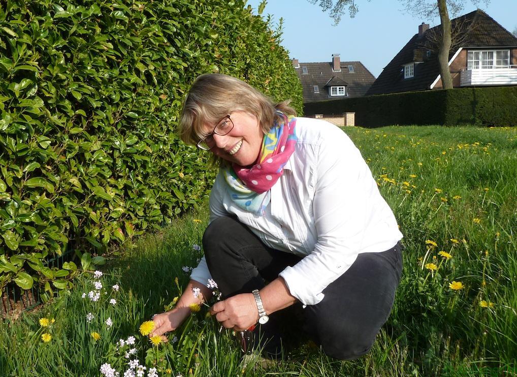 Heilpflanzenexpertin Bettina Burfeind kennt die Pflanzen auf dem Deich. Sie erntet aber auf den Wiesen befreundeteter Bauern oder im eigenen Garten.