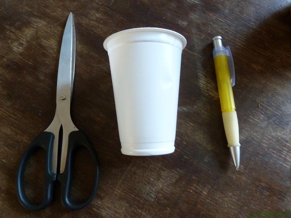 Schere, Becher, Stift. Mehr braucht man nicht, um Pflanzenstecker zu basteln.