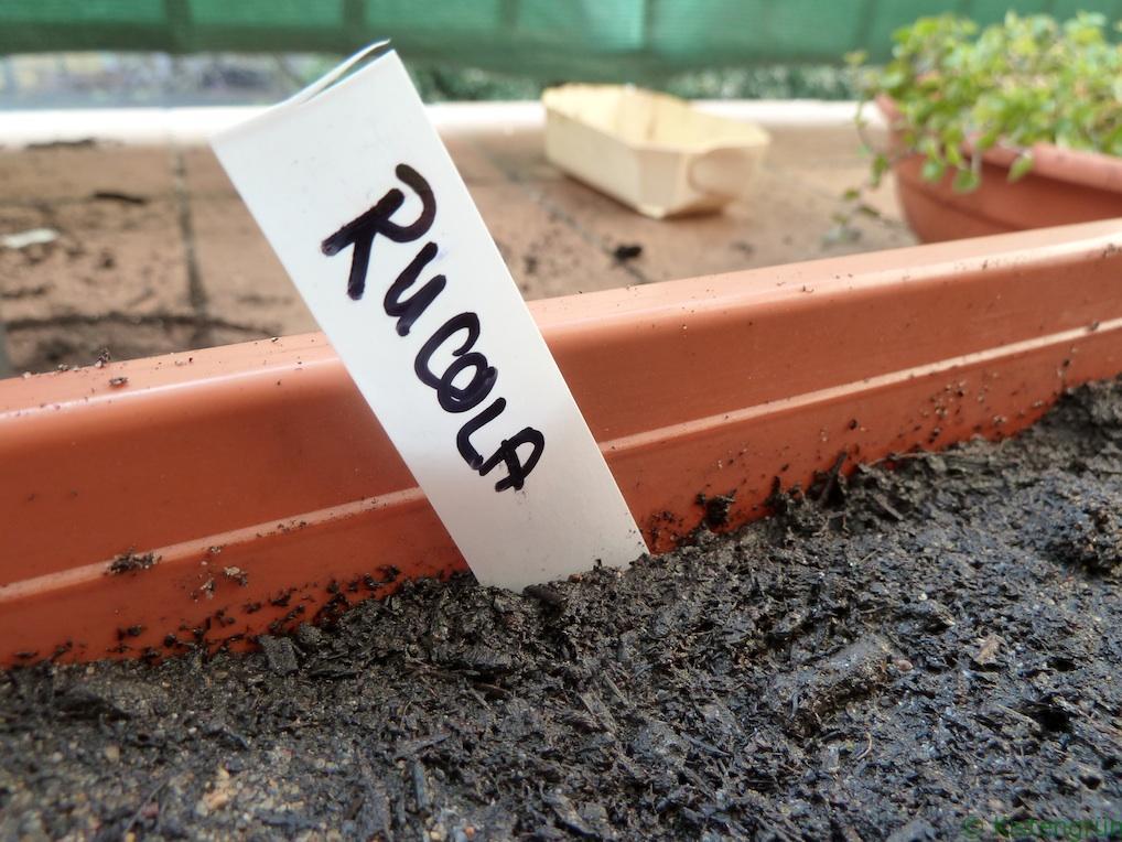 Schnell gemacht und kostengünstig: Pflanzenstecker aus alten Plastikbechern.