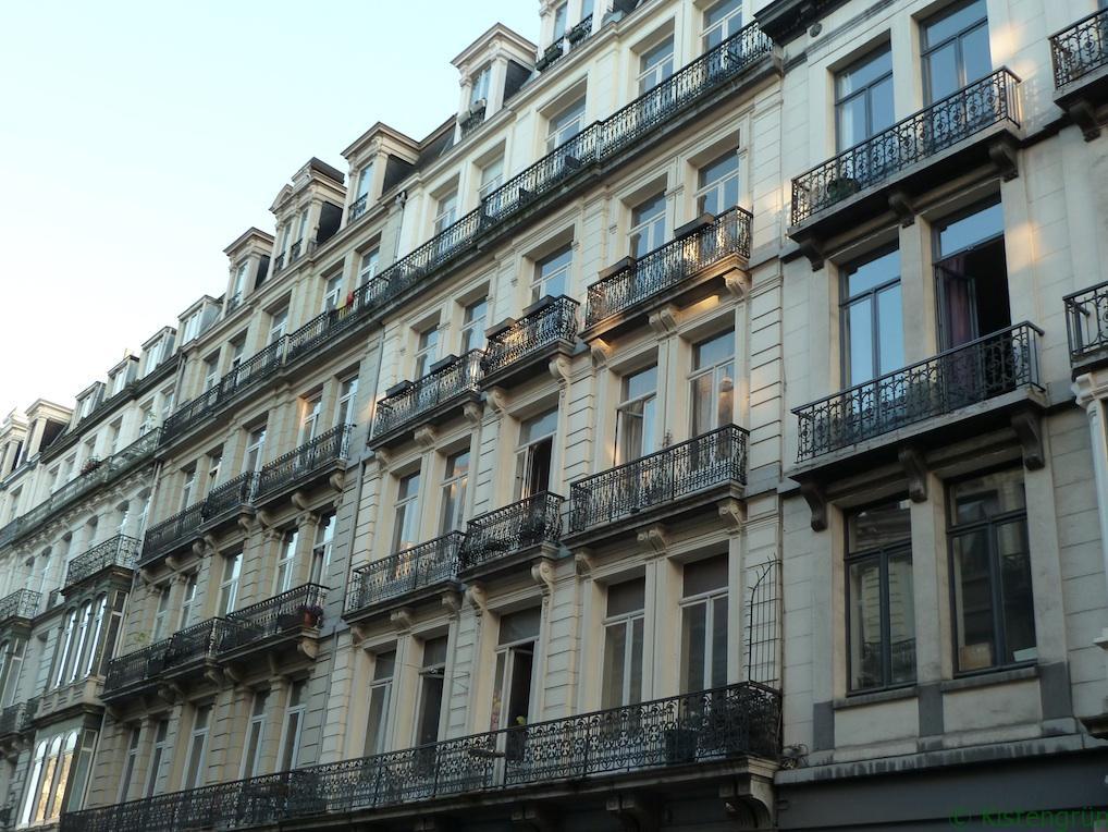 Gusseiserne Geländer so weit das Auge reicht. Eigentlich perfekt für Balkonkästen, oder?