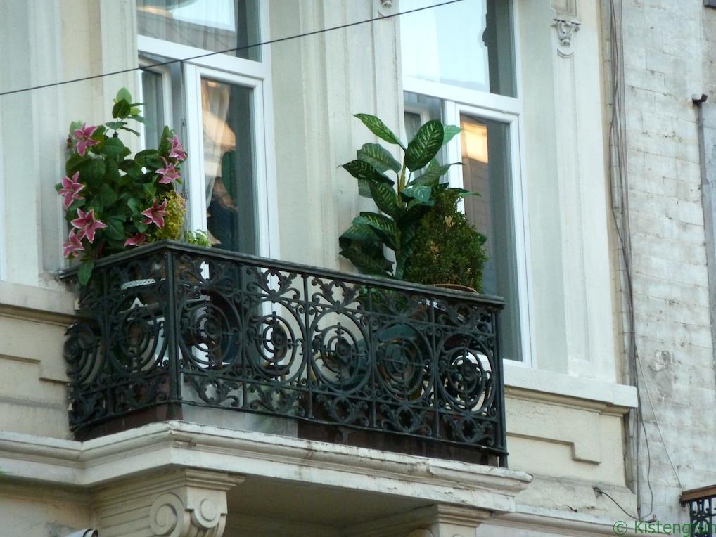 Zwar grün, aber nicht (alles) echt: Plastikpflanzen auf einem Balkon in Brüssel.
