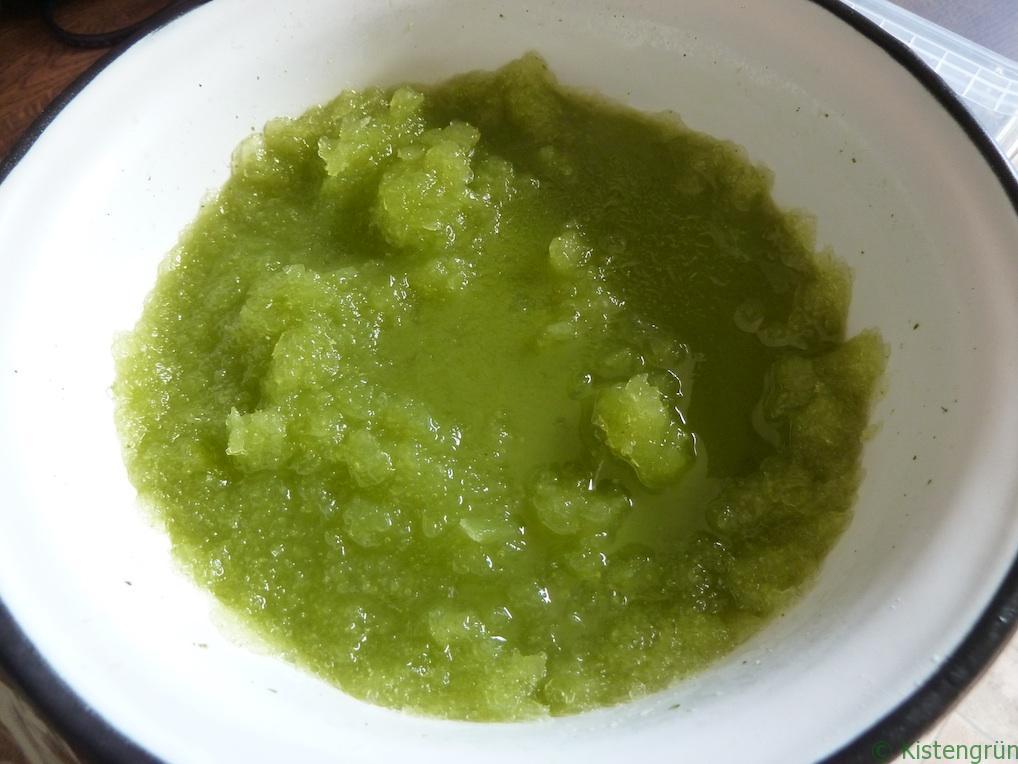 Grasgrün und superlecker: selbstgemachtes Sorbet mit Zitronenmelisse.