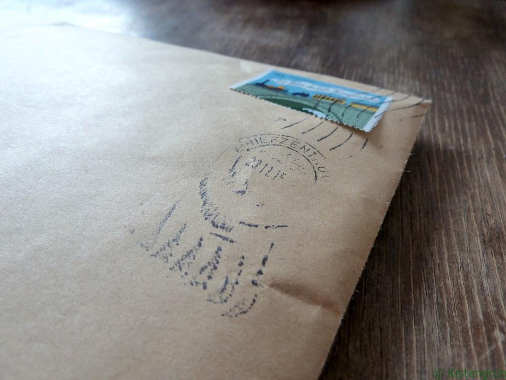 Brauner Umschlag mit Briefmarke und Stempel
