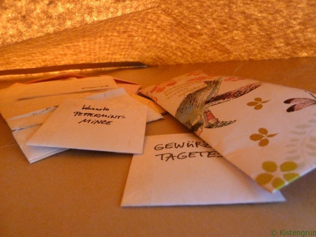 Samenrotation: Ein brauner Umschlag mit Pflanzensamen.